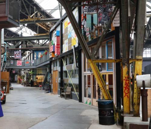 Kunst-Kollekiv in einer ehemaligen Werfthalle.